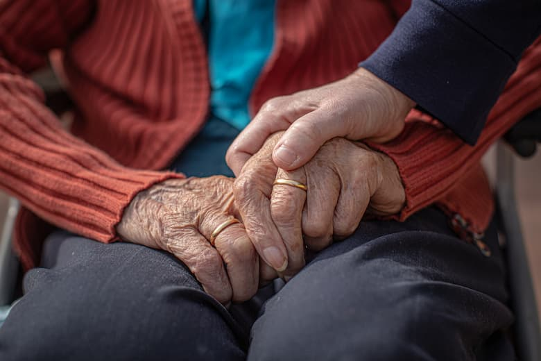 Mans amb arrugues d'una dona gran