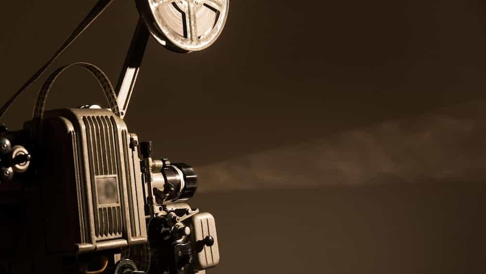 Projector de cinema emetent una pel·lícula