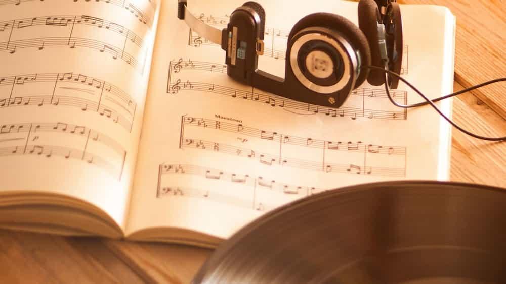 Partitura, auriculars i disc de vinil