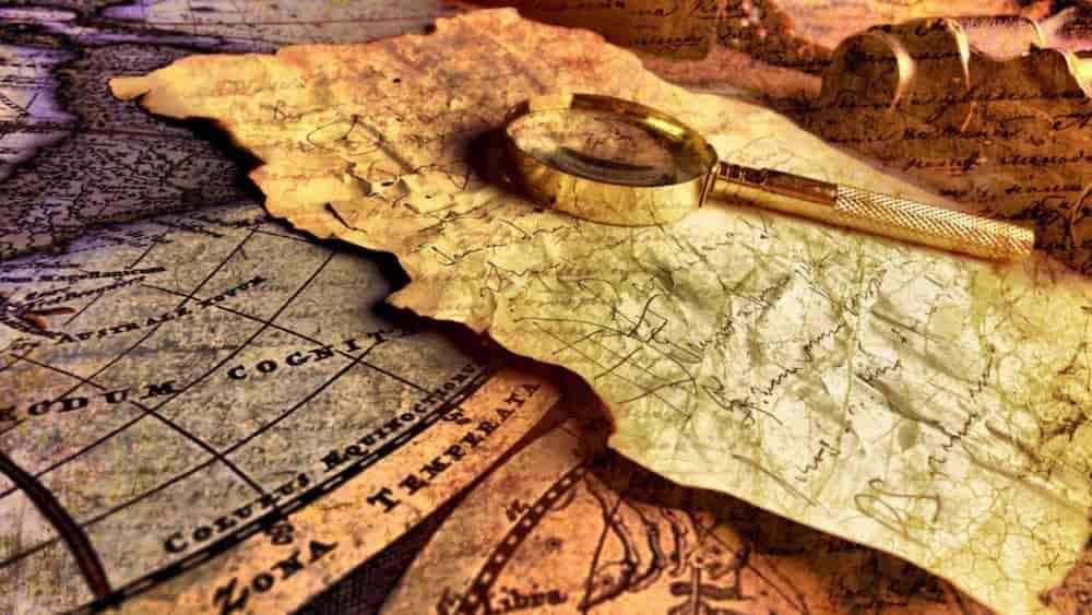 Mapa, lupa i carta antiga