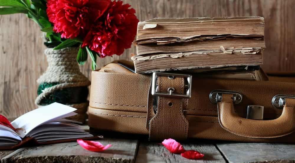 Maleta, flors i llibres vells