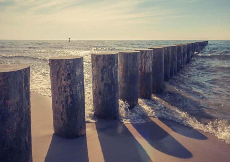 Filera de pals endinsant-se al mar
