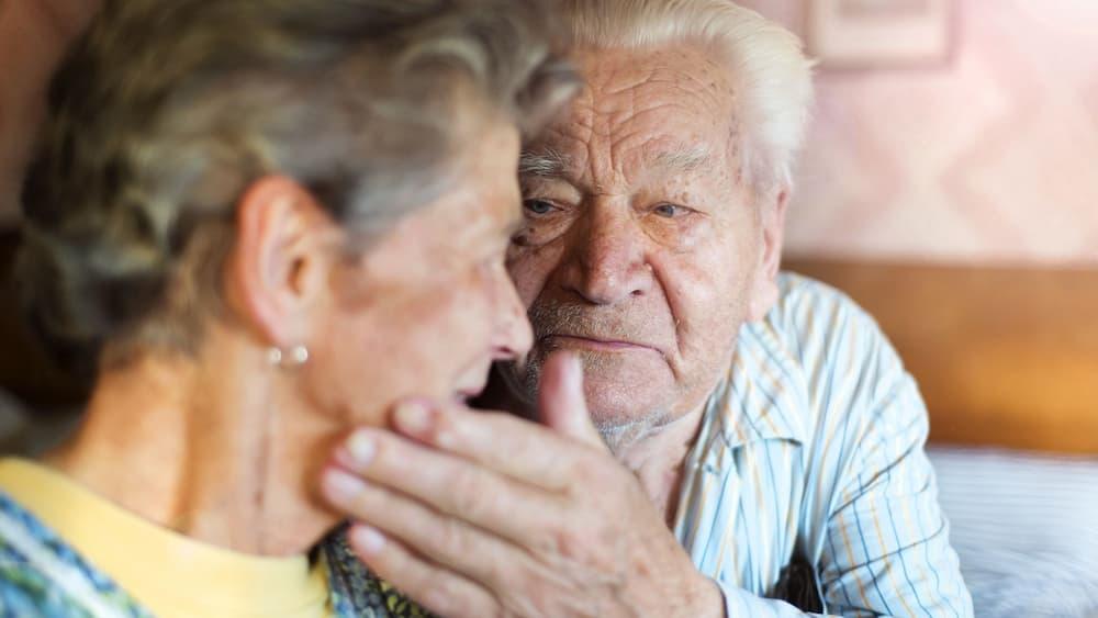 Un home ancià acaricia a una dona anciana