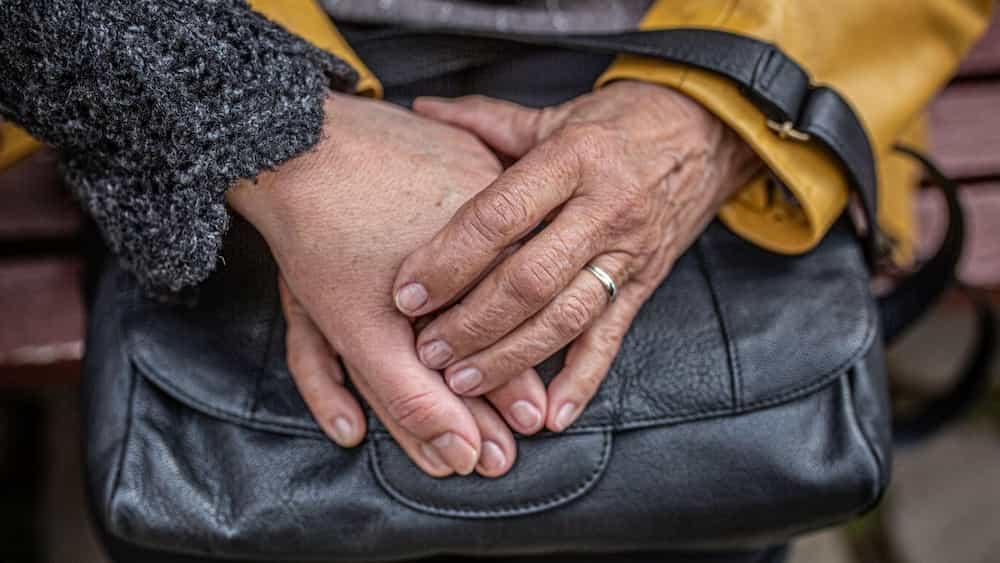 Mans agafades sobre una bossa