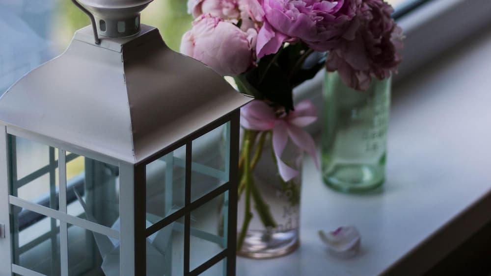 Fanalet i ram de flors en un gerro